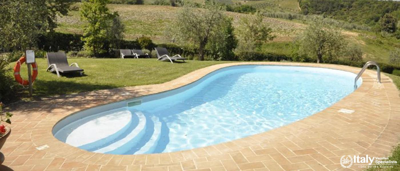 Peaceful environment with swimming pool in Villa Larino