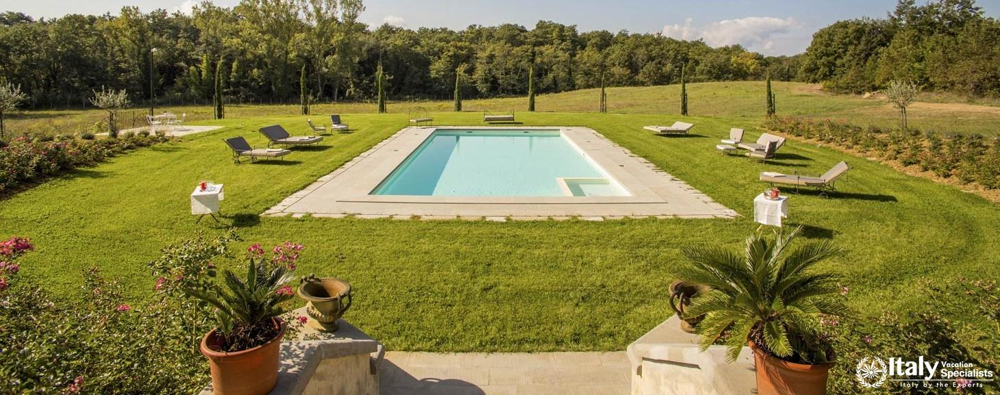 Wonderful outdoor swimming pool in Villa Vinaia